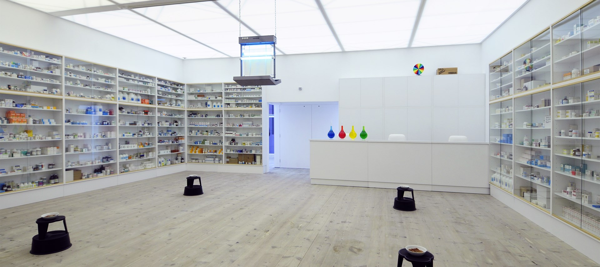 Damien Hirst: Pharmacy: Installation shot (01)